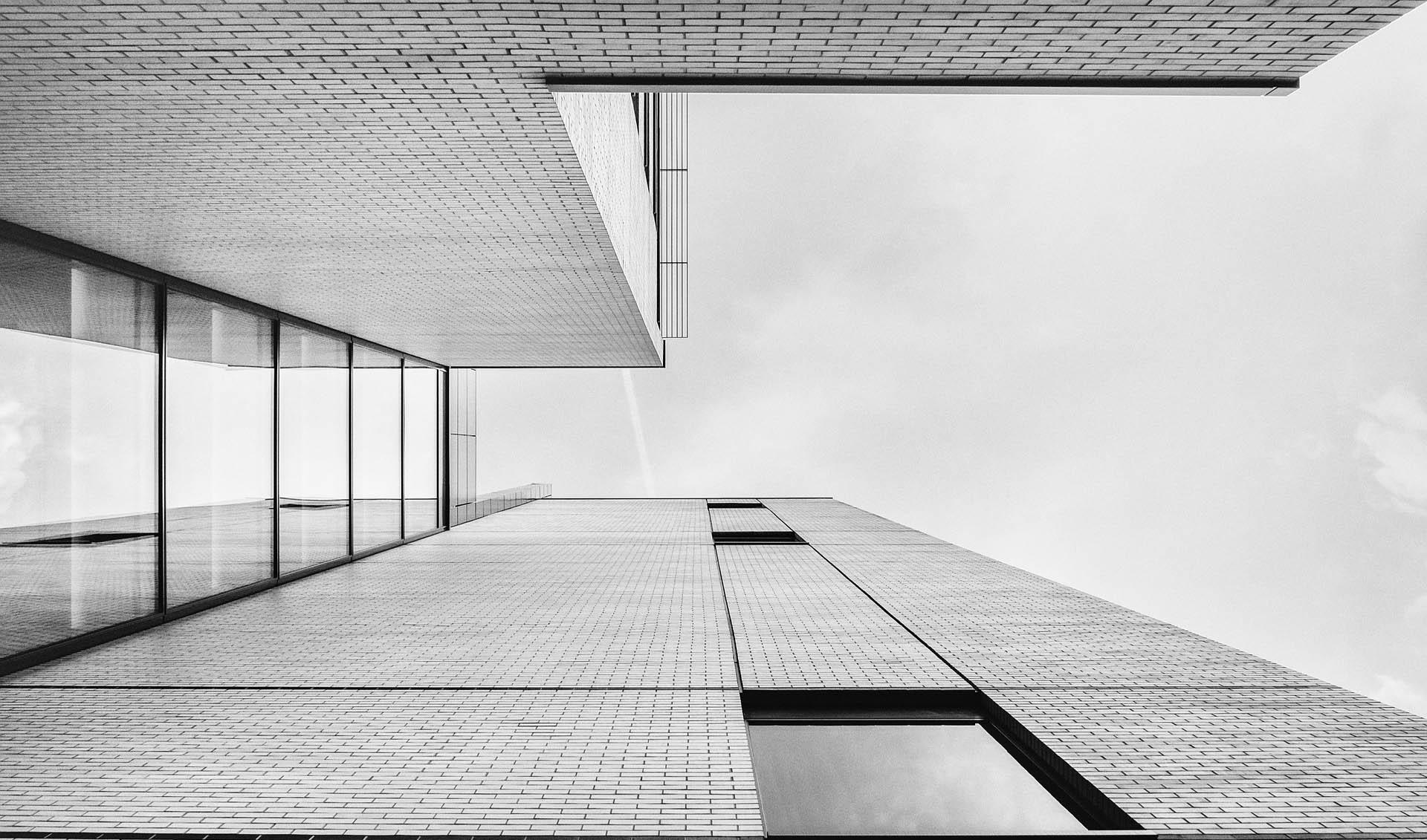 Černo-bíla fotka budovy